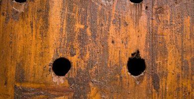 como tapar agujero en puerta de madera