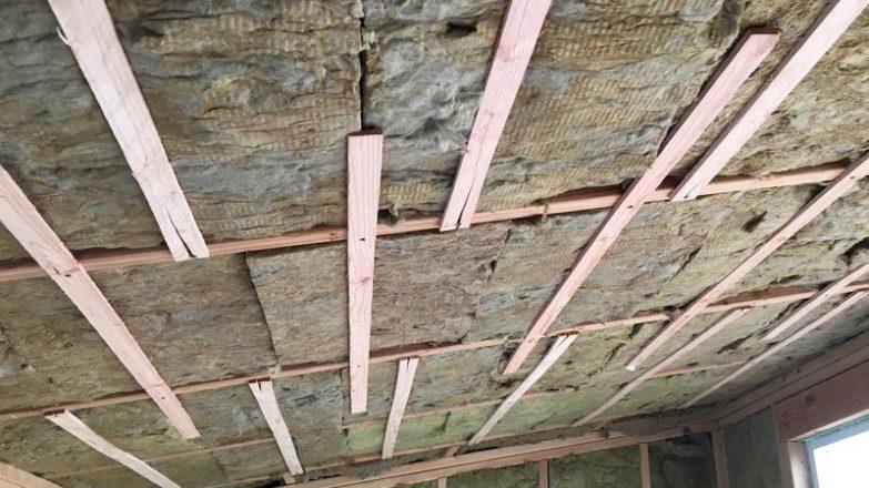 poner lana de roca en el techo