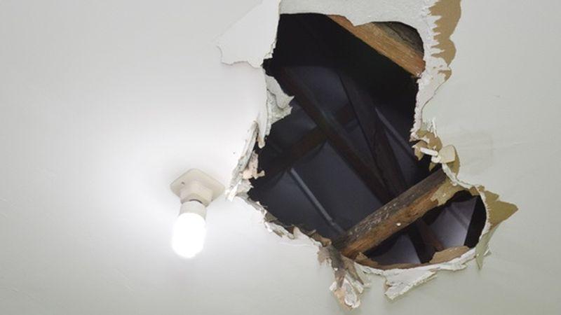 tapar un agujero en el techo de pladur