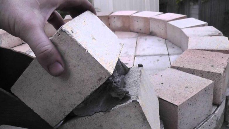 pegar ladrillos refractarios en una chimenea