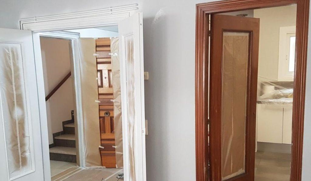como pintar puerta de madera
