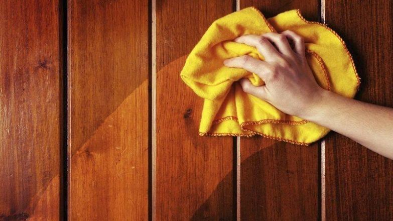 limpiar puerta de madera sucia